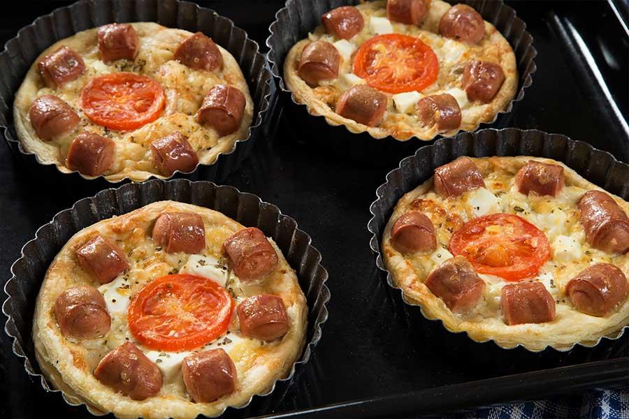 Pizzette di pasta sfoglia con formaggio e wurstel scarlino
