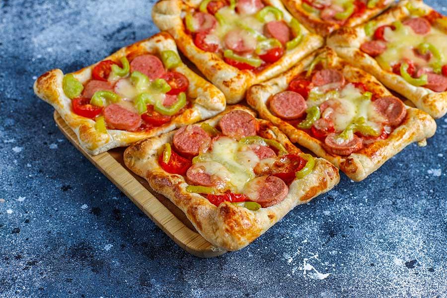 ricette con wurstel -pizzette di pasta sfoglia con wurstel