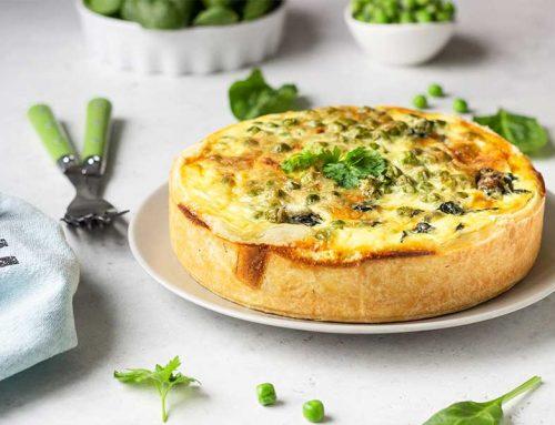Torta salata con prosciutto, piselli e spinaci